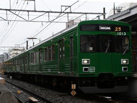 緑の電車ラッピング装飾電車運行開始の画像
